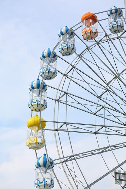 Ferris Koło Na Obłocznym Niebie. Premium Zdjęcia