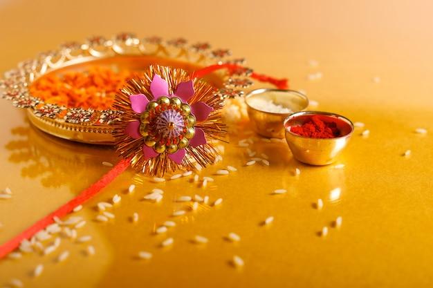 Festiwal indyjski raksha bandhan, rakhi with rice Premium Zdjęcia