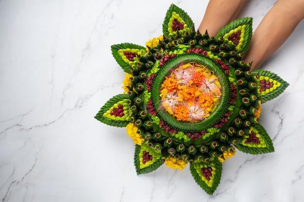 Festiwal Loy Krathong. Zdobione Pływające Umieścić Na Białym Tle Marmuru Darmowe Zdjęcia