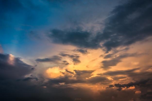 Fiery pomarańczowy zachód słońca nieba. piękne niebo. Darmowe Zdjęcia