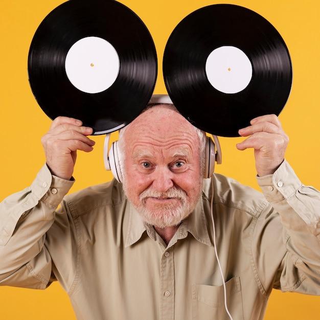 Figlarny Senior Trzyma Płyty Z Muzyką Darmowe Zdjęcia