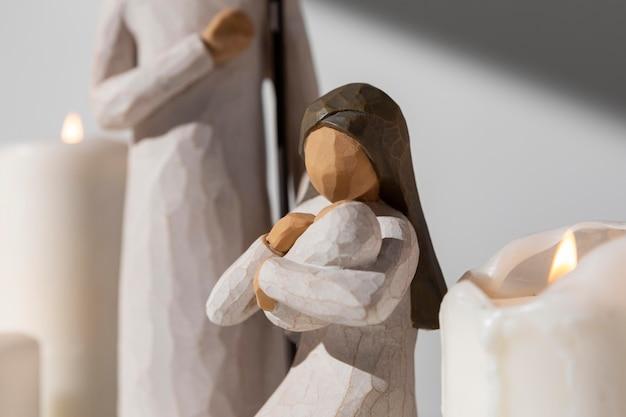 Figurka Kobiety I Mężczyzny Z Dzieckiem I świecami Darmowe Zdjęcia
