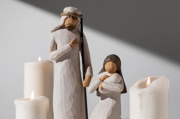 Figurka Kobiety I Mężczyzny Z Okazji święta Trzech Króli Ze świecami I Noworodkiem Darmowe Zdjęcia