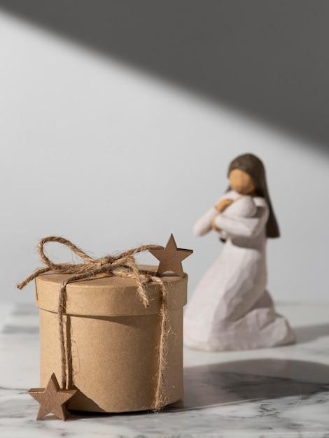 Figurka Kobiety Z Okazji święta Trzech Króli Z Dzieckiem I Prezentem Darmowe Zdjęcia