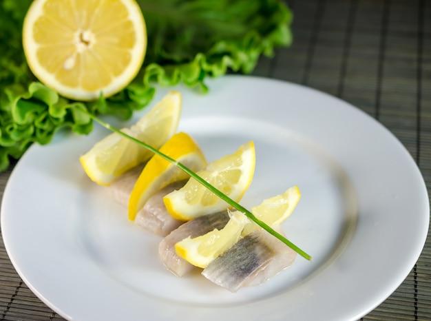 Filet śledziowy W Plasterkach Z Cytryną Premium Zdjęcia