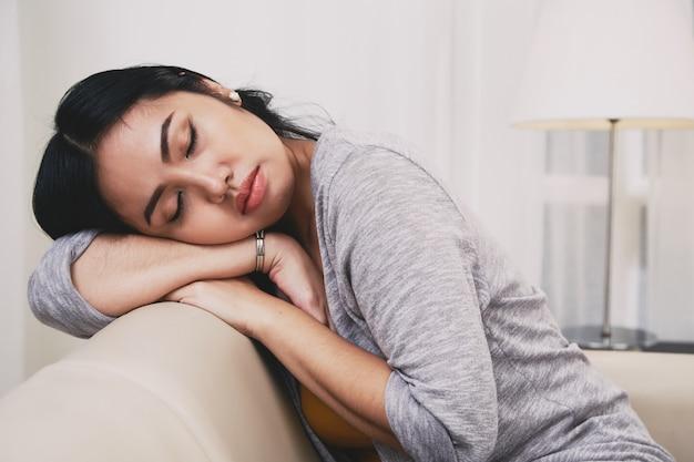 Filipińska Kobieta śpi Na Kanapie Darmowe Zdjęcia