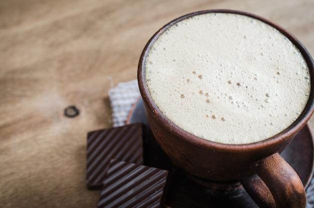 Filiżanka Cappuccino Z Kawałkiem Czekolady. Premium Zdjęcia