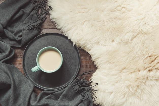 Filiżanka czarnej kawy, ciepły szalik na futrze. spadek. Premium Zdjęcia