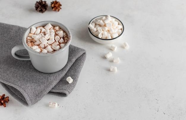 Filiżanka Gorąca Czekolada Lub Kawa Z Marshmallows Bożych Narodzeń Pojęcia Bielu Powierzchnią Premium Zdjęcia