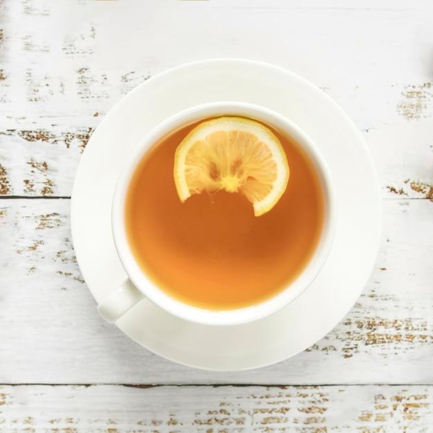 Filiżanka Gorącej Herbaty Na Powierzchni Drewnianych Darmowe Zdjęcia