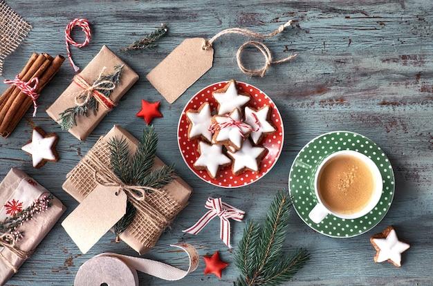 Filiżanka Gorącej Kawy I Opakowanie Prezentów świątecznych Ciasteczek Premium Zdjęcia