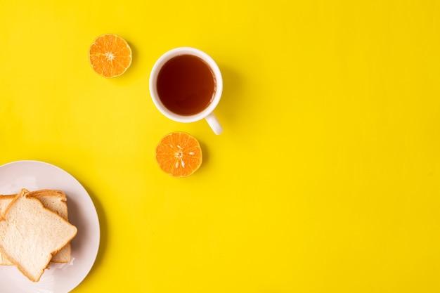 Filiżanka Herbata Na żółtym Tle Premium Zdjęcia