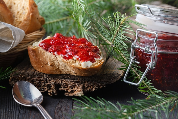 Filiżanka Herbata Z Jagodowym Dżemem Na Starym Drewnianym Stole Premium Zdjęcia