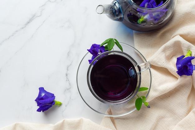 Filiżanka Herbaty Kwiat Grochu Motyla Z Miodem Na Stole Darmowe Zdjęcia