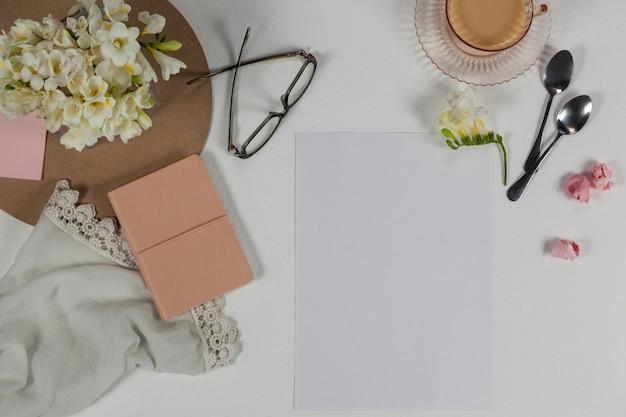 Filiżanka Herbaty, łyżki, Okulary, Pamiętnik, ściereczka, Pusta Strona, Papierowe Kulki I Kwiaty Premium Zdjęcia