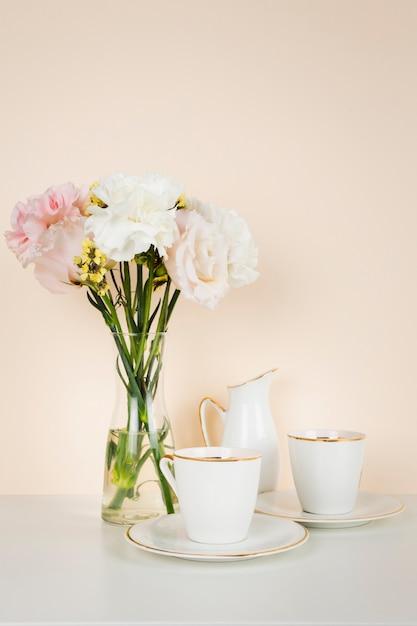 Filiżanka herbaty obok bukiet kwiatów Darmowe Zdjęcia