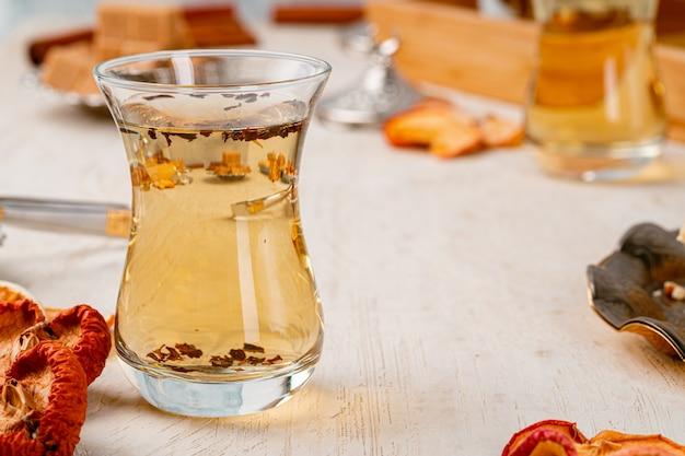 Filiżanka Herbaty Tureckiej Szklanki Serwowana Z Deserami Na Stole Premium Zdjęcia
