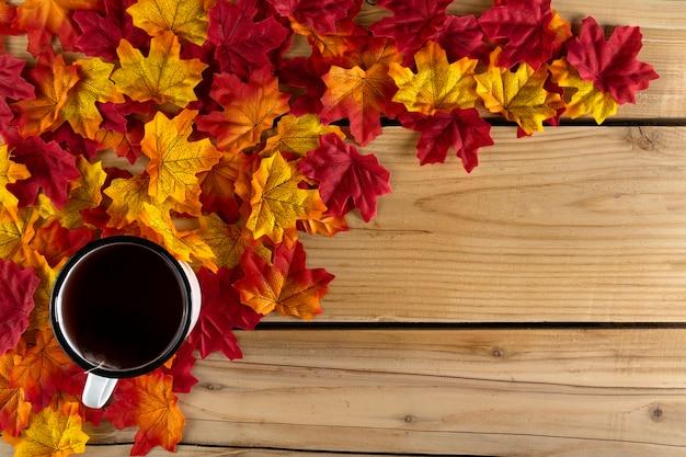 Filiżanka Herbaty Z Liści Jesienią Darmowe Zdjęcia