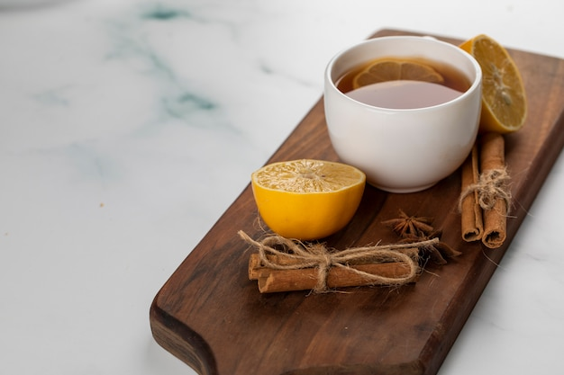 Filiżanka Herbaty Z Paluszkami Cytryny I Cynamonu. Darmowe Zdjęcia