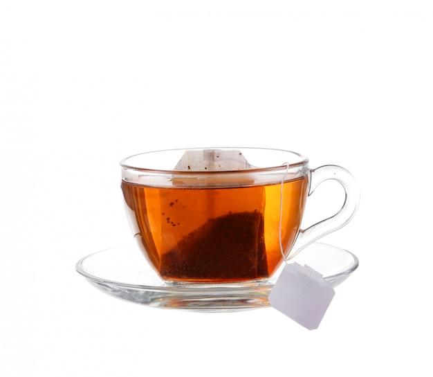 Filiżanka herbaty z torbą na białym tle Premium Zdjęcia