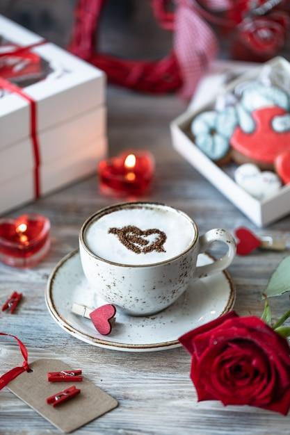Filiżanka Kawy, Czerwona Róża I Pudełka Na Prezenty Premium Zdjęcia