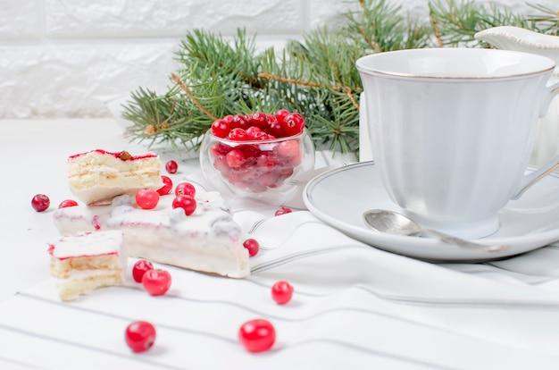 Filiżanka Kawy I Ciasto żurawinowe Na świąteczne śniadanie Premium Zdjęcia