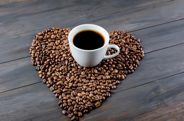 Filiżanka kawy i fasoli Premium Zdjęcia