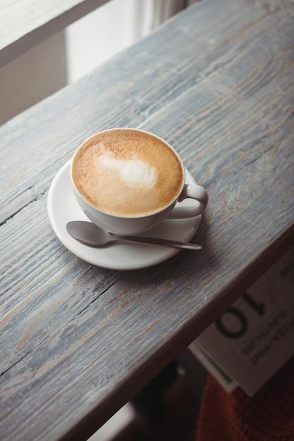 Filiżanka Kawy I łyżka Na Drewnianym Stole Darmowe Zdjęcia