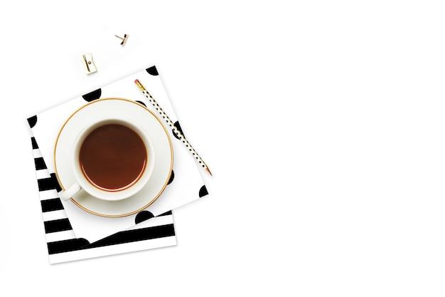 Filiżanka kawy i przedmioty na stole. Premium Zdjęcia
