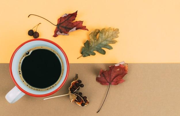 Filiżanka Kawy I Suszonych Liści Na Pomarańczowo I Brązowo Premium Zdjęcia