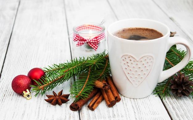 Filiżanka kawy i świąteczna dekoracja Premium Zdjęcia