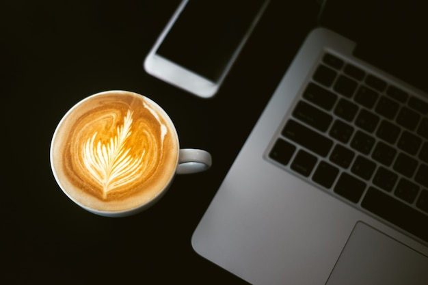 Filiżanka Kawy Latte Art, Smartphone I Tablat Premium Zdjęcia