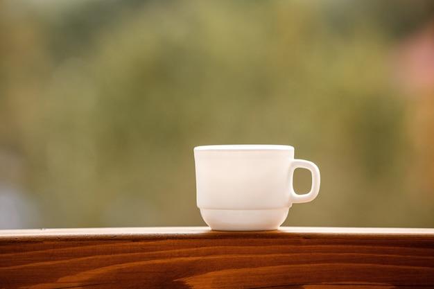 Filiżanka Kawy Na Balkonie Z Naturą Premium Zdjęcia