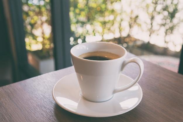 Filiżanka kawy na drewnianym stole Premium Zdjęcia