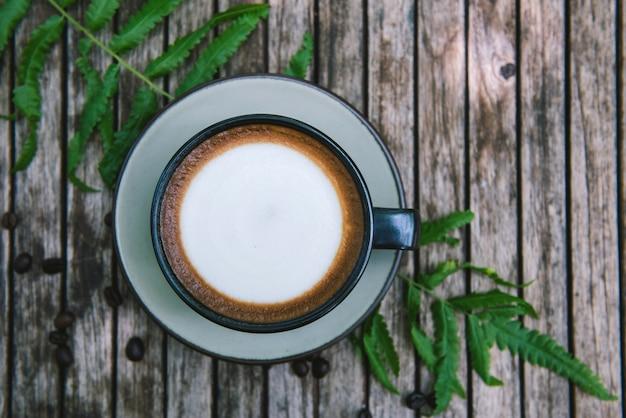 Filiżanka kawy na drewnianym stole. Premium Zdjęcia