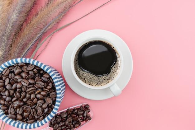 Filiżanka kawy na ziarna kawy Premium Zdjęcia