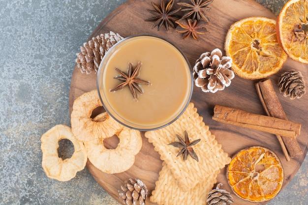 Filiżanka Kawy Z Cynamonem I Szyszkami Na Drewnianym Talerzu. Wysokiej Jakości Zdjęcie Darmowe Zdjęcia