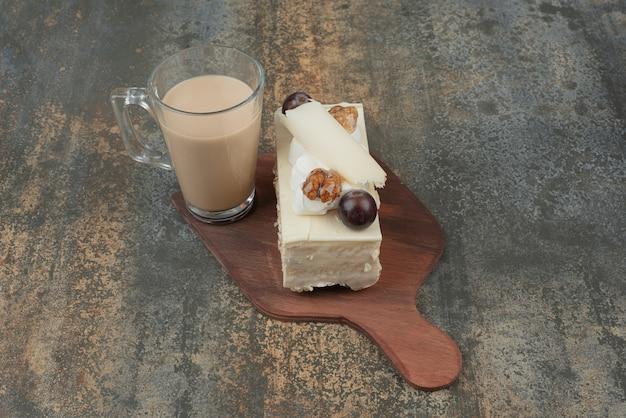 Filiżanka Kawy Z Kawałkiem Ciasta Na Desce. Darmowe Zdjęcia