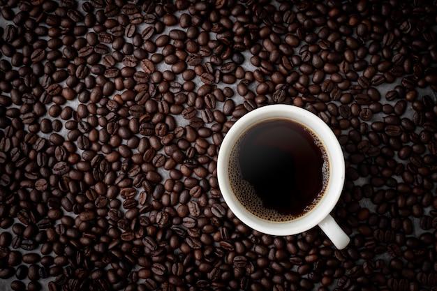 Filiżanka Kawy Z Ziaren Kawy Widok Z Góry Tabeli Premium Zdjęcia