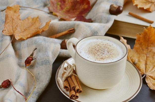 Filiżanka Z Gorącą Kawą Cappuccino Czas Jesienny żółte Liście Kasztany Premium Zdjęcia