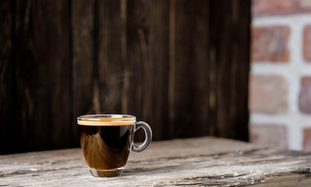 Filiżanka Z Kawą Espresso Ułożona Na Ciemnym Drewnianym Stole. Zamknij Się, Selektywna Ostrość, Kopia Przestrzeń Premium Zdjęcia