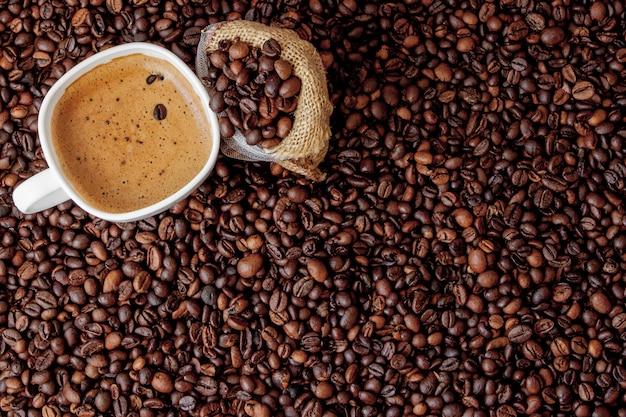Filiżanka Z Kawową Torbą Na Drewnianym Stole. Widok Z Góry Premium Zdjęcia