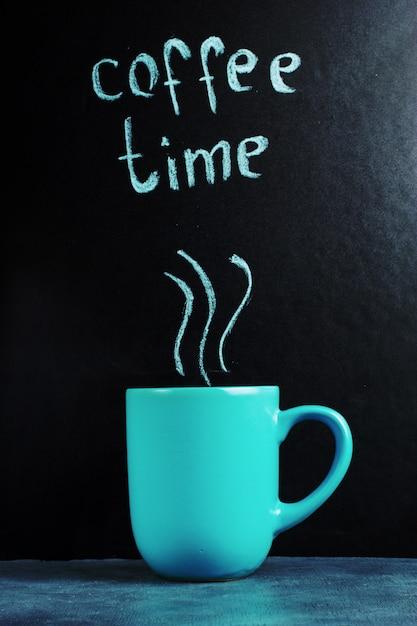 Filiżanka z napisem czas na kawę, pastelowy niebieski kolor. Premium Zdjęcia