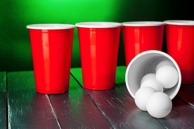 Filiżanki do beer pong na stole Premium Zdjęcia