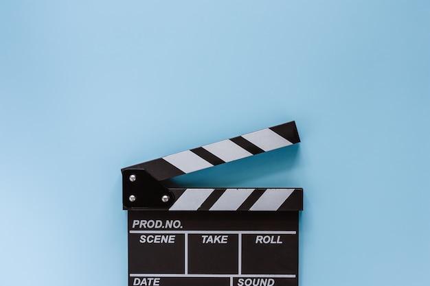 Film deska klapy na niebieskim tle do filmowania sprzętu Premium Zdjęcia