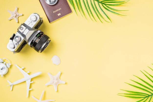 Filmy Z Kamerą Retro, Samolot, Paszport, Akcesoria Tropikalnej Plaży Dla Podróżników Podróżujących Z Rozgwiazdą Premium Zdjęcia