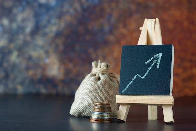 Finansowe. worek pieniędzy i sporządzony wykres. wzrost wynagrodzenia lub dochodu. copyspace Premium Zdjęcia