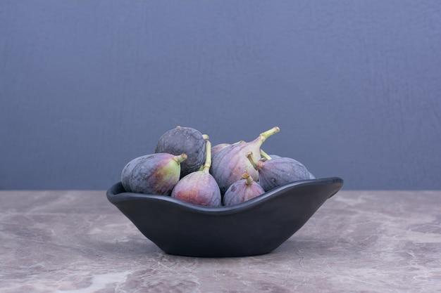 Fioletowe Figi Odizolowane W Czarnym Ceramicznym Spodku Darmowe Zdjęcia