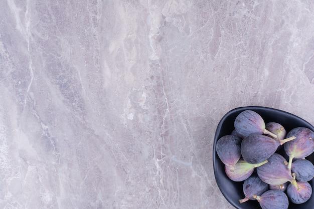 Fioletowe Figi W Czarnej Misce Na Marmurze Darmowe Zdjęcia