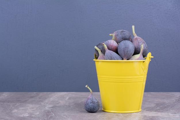 Fioletowe Figi W żółtym Metalicznym Wiaderku Darmowe Zdjęcia